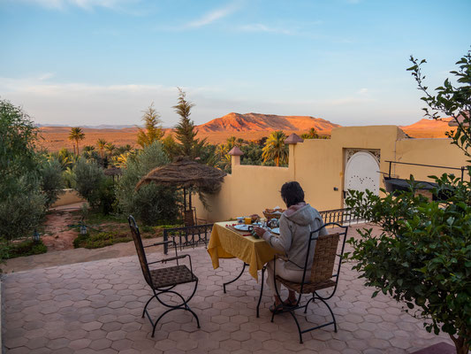 Frühstück an Traumlage im Kasbah petit Nomade