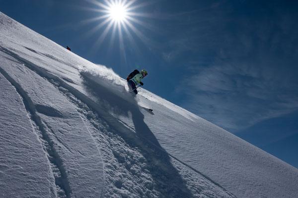Mit einer geschickten Routenwahl geniesst Vreni auch dort noch besten Schnee, wo im Aufstieg nebenan bereits eine Kruste den Spass zu verderben schien