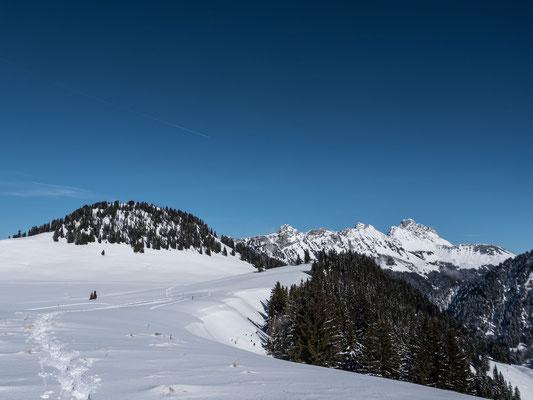 Die weite Fläche von Pra Cornet, rechts die Gummflu, Les Salaires und unser Ziel, der Corne des Brenlaires
