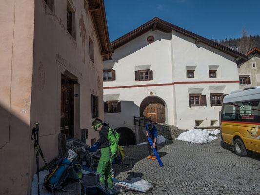 Der Postbus bringt uns zu den malerischen Häusern von Guarda. Nach einer Stärkung mit Kaffee und Kuchen fellen wir für den Aufstieg zur Tuoi Hütte an
