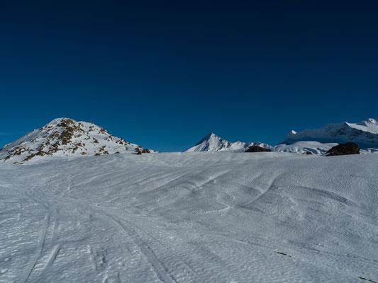 15.11.18 Meine erste Skitour führte mich aus bekannten Gründen auf den Simplonpass. Auf dem Staldhorn war ich noch nie, genau die richtige Länge für einen gemütlichen Skitourenauftakt