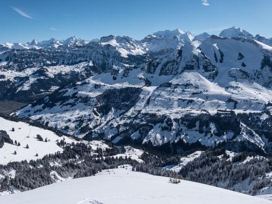 Tiefblick über meine Aufstiegsroute ins Entschligtal, am Horizont das bekannte Berner Panorama vom Schreckhorn bis zum Doldenhorn