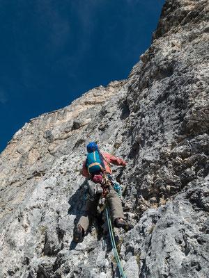 Grauer, strukturierter Fels am Lagazuoi, heute ist Bruno mit dem Vorstieg an der Reihe...