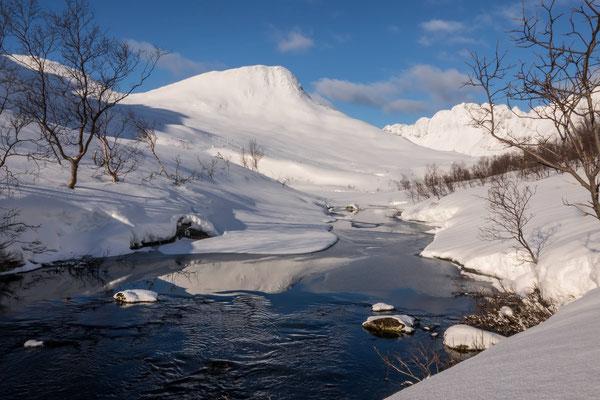 Bald gerät unser Gipfel in Sicht und spiegelt sich gleich noch im stehenden Wasser eines abfliessenden Baches