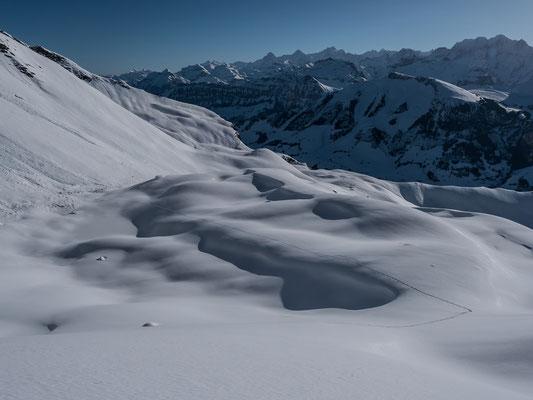 Blick von oben auf die breite Rampe und die Berner Alpen