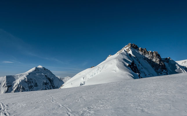 Zwei Varianten bieten sich für den Aufstieg zum Gletscherhorn an. Entweder direkt über den Gratrücken oder weiter links unter dem Serac durch