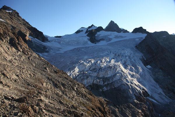 Der Col Durand trennt die Point de Zinal (links) vom Mont Durand. Mächtig überragt das Obergabelhorn die umliegenden Trabanten