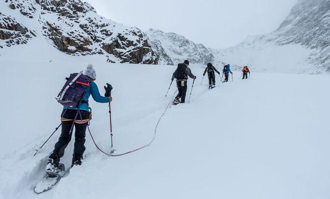 Ab 3000 Meter nimmt die Neuschneemenge deutlich zu und ich sage nicht nein, als Marco mir eine Ablösung beim Spuren anbietet