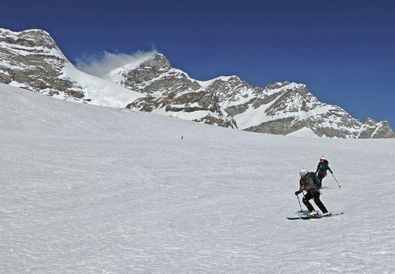 Es rattert und knattert, als wir vpm Jungfraujoch über den pickelharten Jungfraufirn abfahren