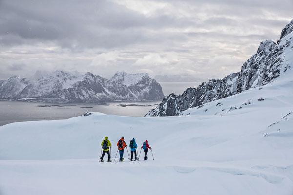 Franziska betritt Neuland und leitet ihre Gruppe geschickt über spärlich zugeschneite Bäche an den vereinbarten Treffpunkt an der Küste