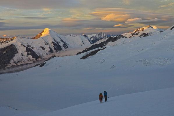 Eindrückliche Stimmung beim Zustieg zum Walchergrat, Das Aletschhorn fängt die ersten Sonnenstrahlen des Tages ein