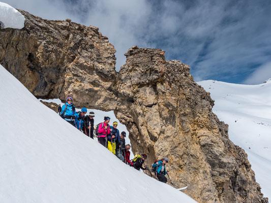 Weil die Schneelage im Westen besser ausschaut, entdecken wir auf unserer Route das markannte Felsentor  unterhalb der Fuorcla digl Leget