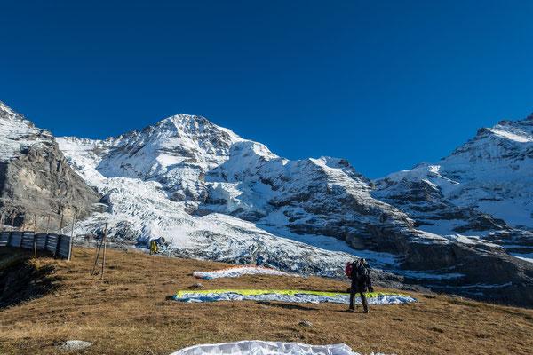 Am Eigergletscher ist vom Südwind nichts mehr zu spüren, zuerst verbaut mir einer der Kollegen noch meinen Starthang,...
