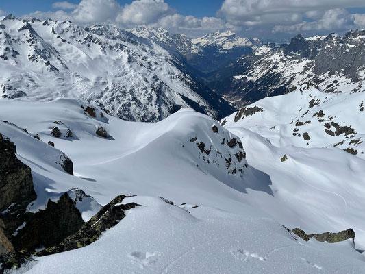 Weitblick zu Kletterfelsen und viel bafahrenen Powderhängen