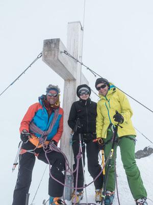 Die letzten Gipfel verschwinden im Nebel, genau zu dem Zeitpunkt, wo wir auf dem Gipfel stehen