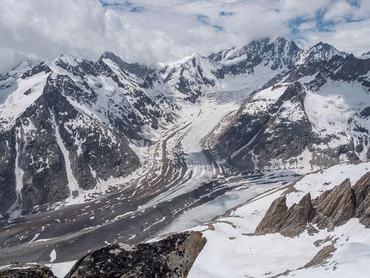 Tiefblick vom Gipfel zum Studerhorn, links das Oberaarhorn und das Schiuchzerhorn. In diese einsame und wilde Ggend führt das legendäre Aaretrekking, alle zwei Jahre in diesem Theater