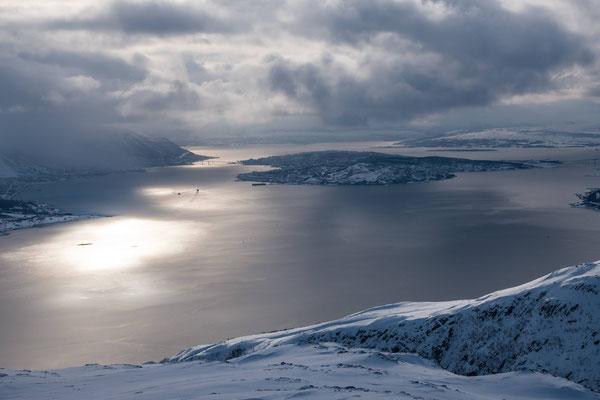 Heute haben wir uns eine Tour auf der Insel Ringvassöya  angelacht und der Blick Richtung Tromsö ist die Anfahrt hierher mehr als wert