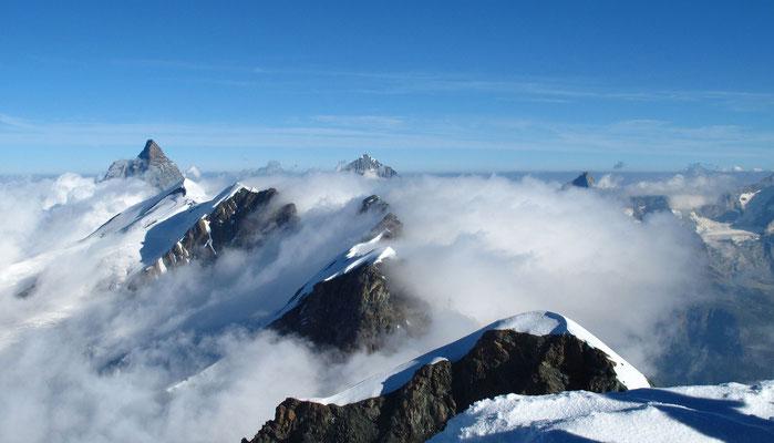 Spektakuläre Aussicht vom Castor zum Matterhorn rechts darunter das Breithorn, der Mittelgipfel, am Horizont Dent Blanche, darunter die Breithorn Zwillinge und der Roccia Nera, rechts vor der Dunstlinie das Obergabelhorn und im Vordergrund der Pollux
