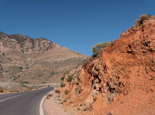 Nach diesem herrlichen Auftakt fahren wir mit unserem Mietwagen hinauf zum Tizi-n-Test. Die Passtrasse führt auf über 2000 Meter hinauf und wird von orangerotem Boden geprägt; eine aussergewöhnliche  Farbenpracht