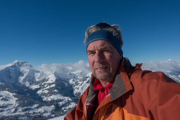 Eher selten, aber heute gehts mit Skis bis zum Gipfel und ich geniesse eine halbe Stunde ohne Wind die excellente Weitsicht