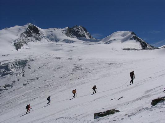 Die Normalroute auf das Bishorn ist leicht. Der Nordgrat zum Weisshorn (Bildmitte) welten anspruchsvoller. Die Tête de Milon rundet das Bild ab