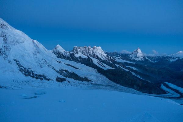05.38, ein neuer Tag erleuchtet die umliegenden Gipfel in einem zarten Blau.