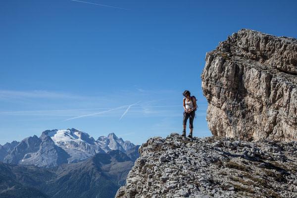 Typisches Dolomiten Wandergelände, mit Ausblick zur Marmolada