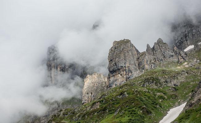 Die Glogghiiser heben sich durch die Wolken stark von den imposanten Wendenstöcken ab. Diese bleiben im Nebel an diesem Tag mehrheitlich verborgenen
