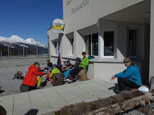 Restaurant geschlossen, aber zum aufeinader Warten und Lunchen ists ein warmer und windgeschützter Platz