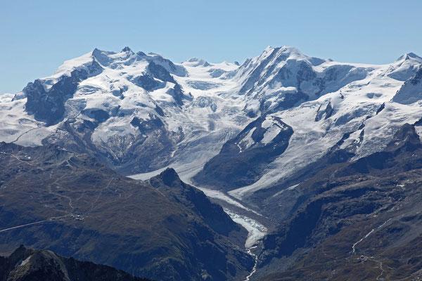 Blick vom Gipfel zum Grenzgletscher, links die Monte Rosa Gruppe, rechts der Likamm, dazwischen der geschwungene Grat der Parrotspitze, die Ludwigshöhe und der Corno Nero. Am rechten Bildrand der Castor