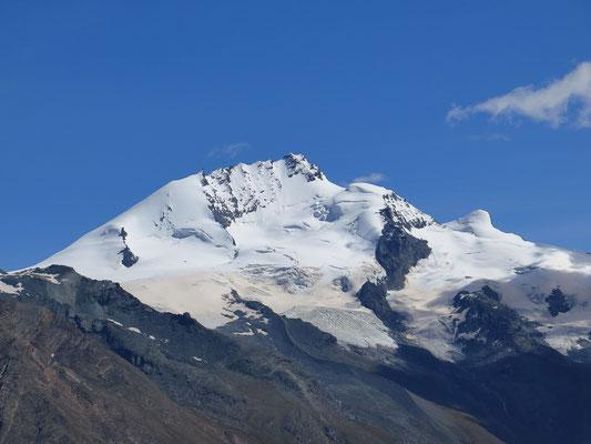 Das Rimpfischhorn von der Weisshornhütte aufgenommen.  Gut sichtbar der Gletscheranstieg vom Allalinpass und die Türme im Nord Grat