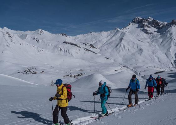 Der Col du Laurichard ist eine Halbtagestour und kommt uns für den vorletzten Tag gerade richtig. Blick auf den Col du Lautaret und die Hänge vom Col du Galibier.  Links der Pic Blanc du Galibier und rechts der Grand Galibier