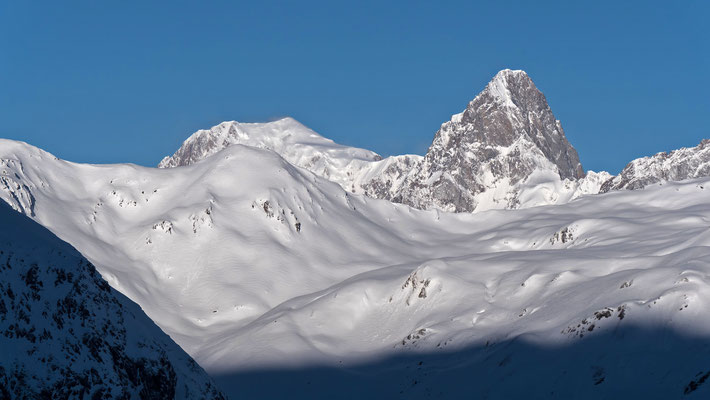 Im Aufstieg zur Testa Grisa öffnet sich der Horizont zur Grand Jorasse. Links der Mont Blanc, darunter die Pointe des trois Lacs (petit Pierre)