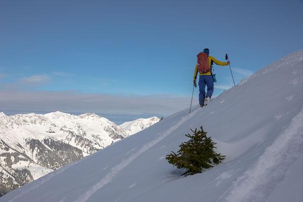 """Kurz unter dem """"Gipfel"""" macht sich ein blaues Band über der Niesenkette breit"""