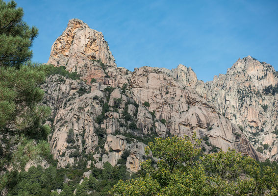 Die Punta Rossa und deren Contreforts, welcher im Vordergrund von der rechten Bildseite bis an den Horizont in der Bildmitte hochzieht. Zwei winzig kleine Kletterer markieren die Route Alexandra