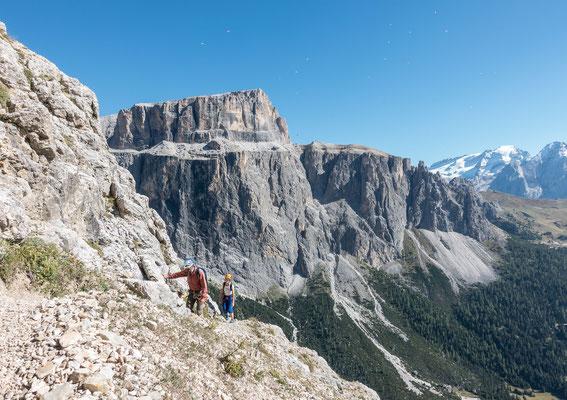 Auf dem Gamsband, im Hintergrund der Sas Pordoi. Durch diese 500 Meter hohe Wand klettern wir Tags darauf die Fedele Führe