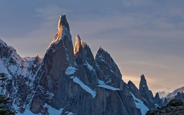 Cerro Torre, Cerro Egger und Aguja Standhardt werden von der Abschied nehmenden Sonne beleuchtet