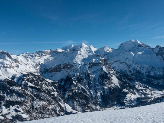 Gletscherhorn und Äbeni Flue sind am linken Bildrand sichbar. Es folgt das Gspaltenhorn, Dündenhorn und die wilde Frau. Über dem Zallershorn dei Blüemlisalp, anschliessend Öschinehorn, Fründehorn und Doldenhorn
