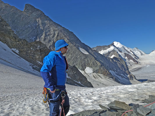 Die Verhältnisse sind Top, der Schnee hart gefroren. Die Ruhe und der Ausblick zum Aletschhorn und Sattelhorn sind der Lohn für den frühen Aufstieg