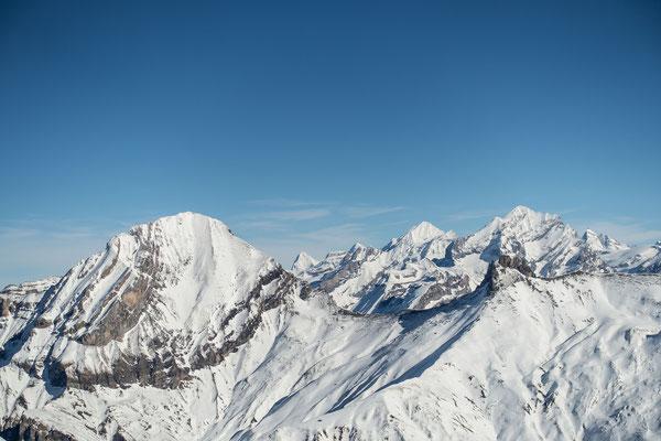 Über dem Tschingellochtighorn steht das Doldenhorn, anschliessend das Lauterbrunner Breithorn und der Petersgrat