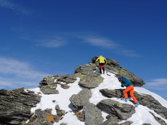 Zu Fuss packen wir die letzten Meter zum Gipfel