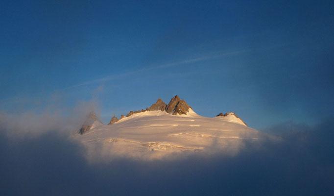 Ein Nebelfenster mit Ausblick zur Aiguille du Tour