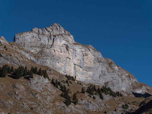 Lädt zum Klettern ein, die sonnige Wand des Hintisberg leuchet in herbstlichenFarben