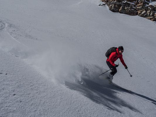 Der Schatten der Schneewolke ist beinahe eine Spur schneller als Julian in voller Fahrt