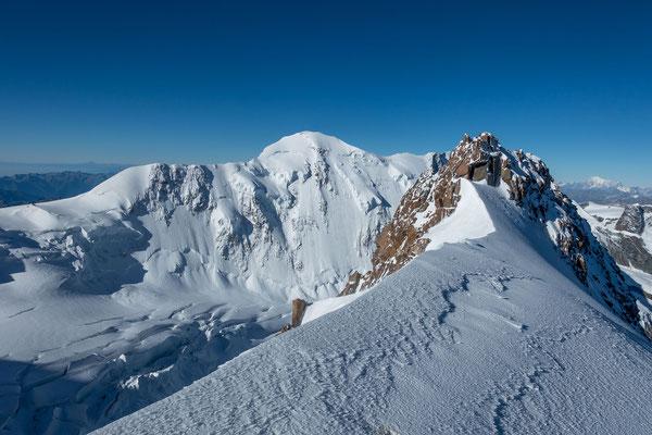 Westlich vom Sattel der Liskamm, rechts davon der Mont Blanc
