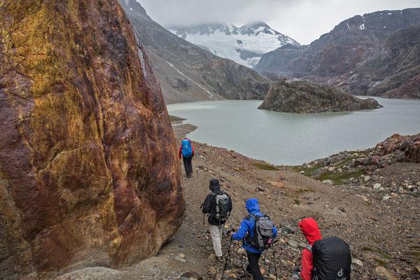 Am darauffolgenden Tag begleitet uns Nieselregen beim Aufstieg entlang des Lago Eléctrico zur Laguna Pollone