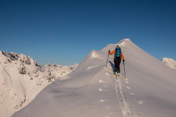 Links und rechts flankieren schroffe Berge den höchsten Punkt