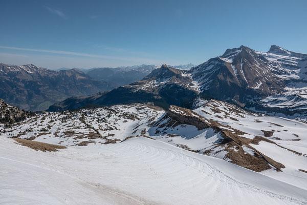 Blick von der Schonegg Richtung Brünigpass und Axalphorn, Wildgärst und Schwarzhorn. Darunter das liebliche Schneeschuhgelände für unseren Aufstieg