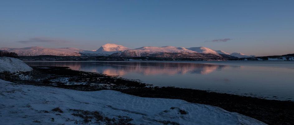 Blick auf die Rückseite von Tromsö und den alles überragenden 1238 Meter hohen Hausberg Tromsdalstinden