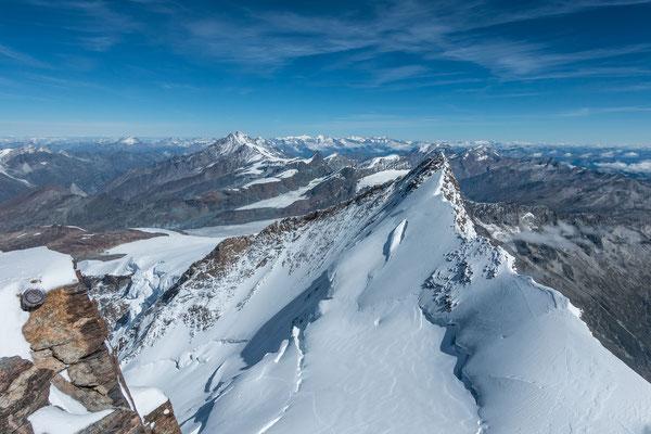 Nordend, Strahlhorn, Rimpfischhorn, Allalinhorn, Alphubel und Dom, dahinter die Berner Alpen